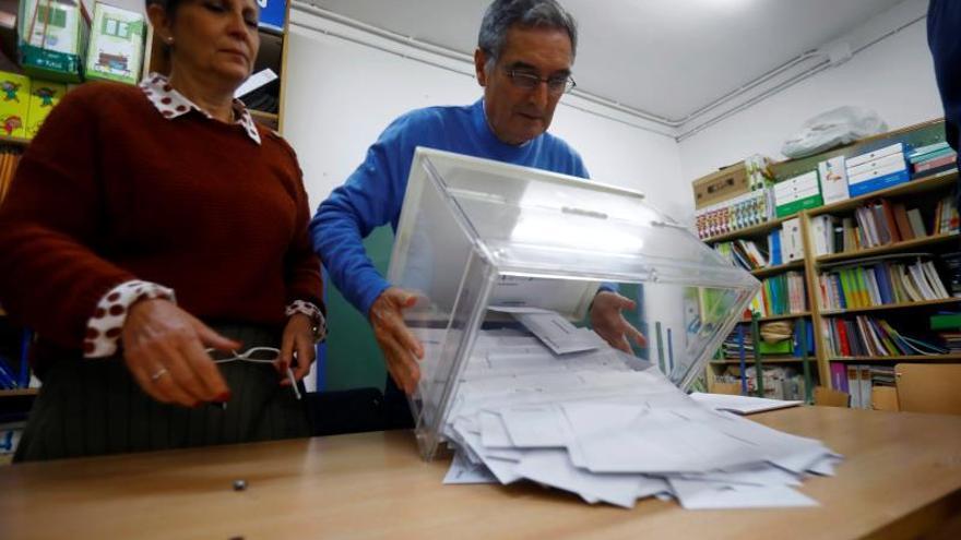 Apertura de una urna en las elecciones del 10N
