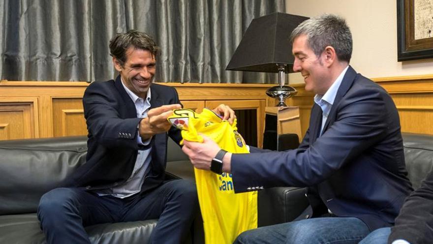 El presidente de Canarias, Fernando Clavijo (d), recibe al futbolista de la UD Las Palmas Juan Carlos Valerón, que acaba de poner fin a su carrera. EFE/Ángel Medina G.