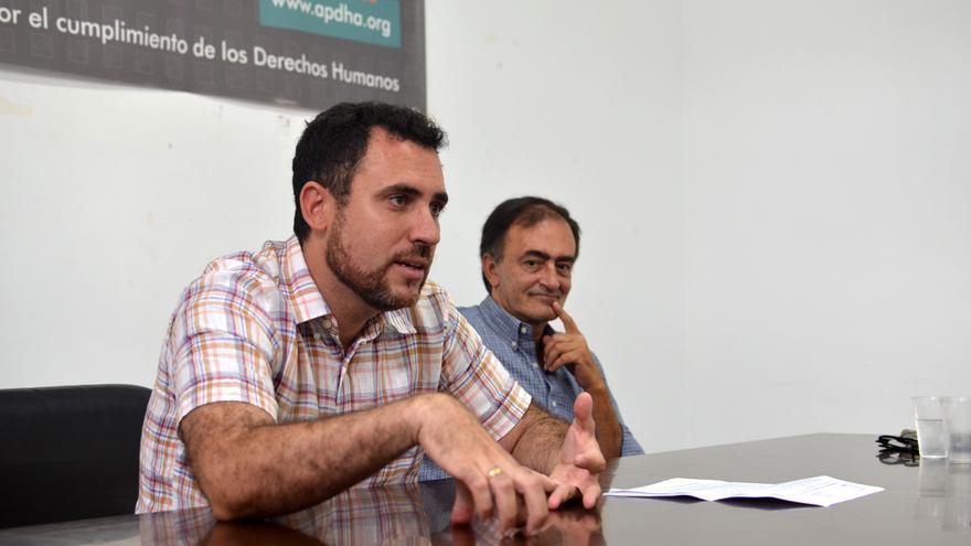 El coordinador del Área de Cárceles de APDHA, Valentín Aguilar, junto a Francisco Hervás.