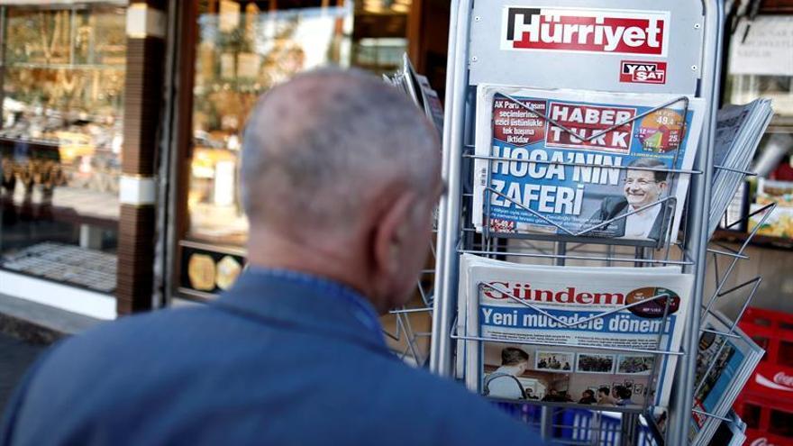 Un ciudadano lee las portadas de varios periódicos en un kiosco de Estambul. EFE/Archivo