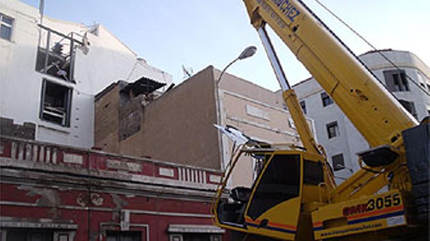 Una grúa retira escombros del techo venido abajo. (ORLANDO BRAVO DE LAGUNA)