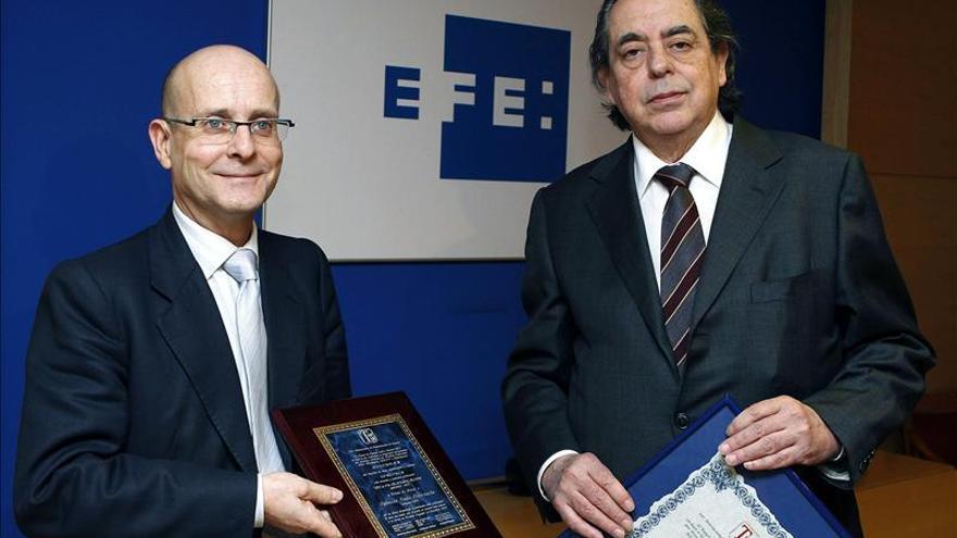 José Ignacio Sanz Cerezuela (izquierda) recogiendo un premio cuando era gerente de EFE