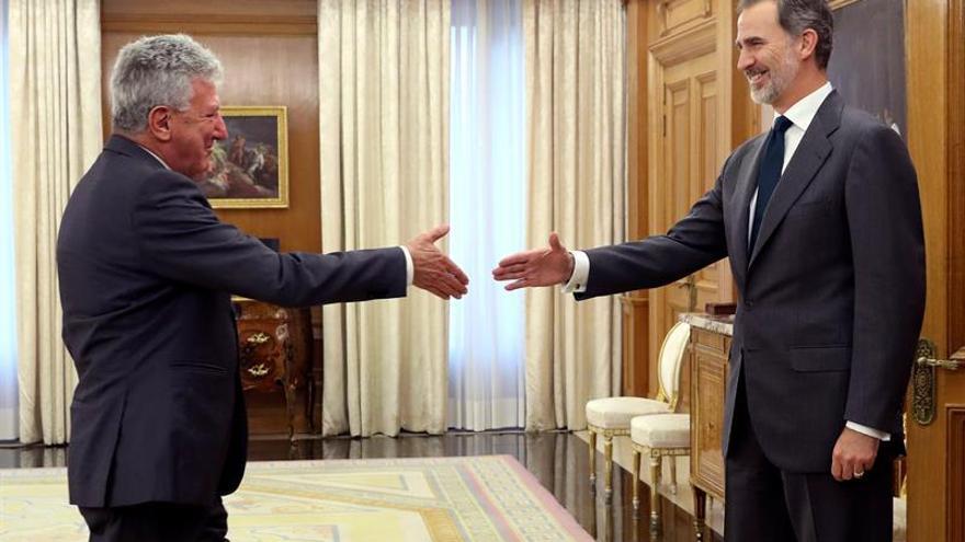 El rey Felipe VI saluda al diputado de Nueva Canarias, Pedro Quevedo, durante la audiencia este martes en el Palacio de la Zarzuela