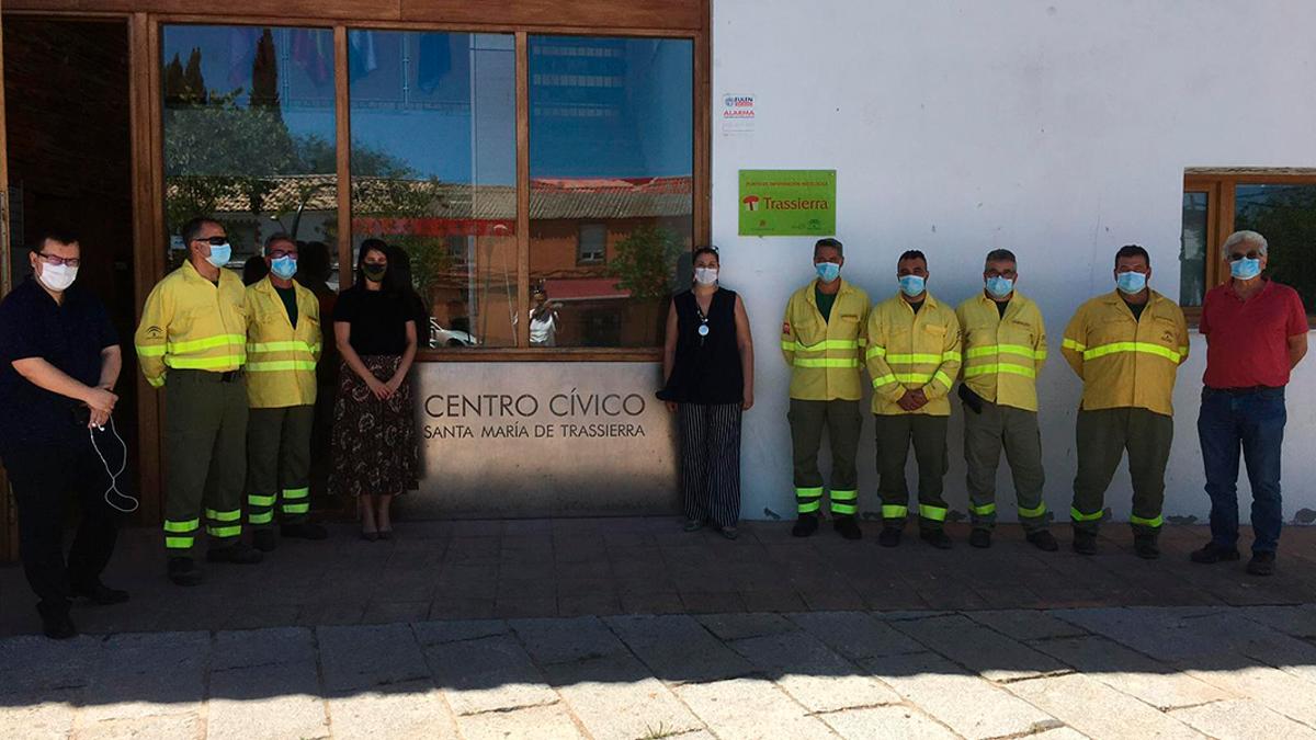 Miembros del Infoca en el centro cívico de Trassierra en el verano de 2020.