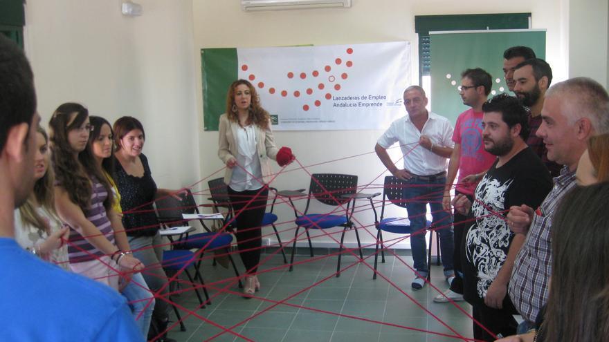 Participantes en la lanzadera de Baeza durante una dinámica de grupo.