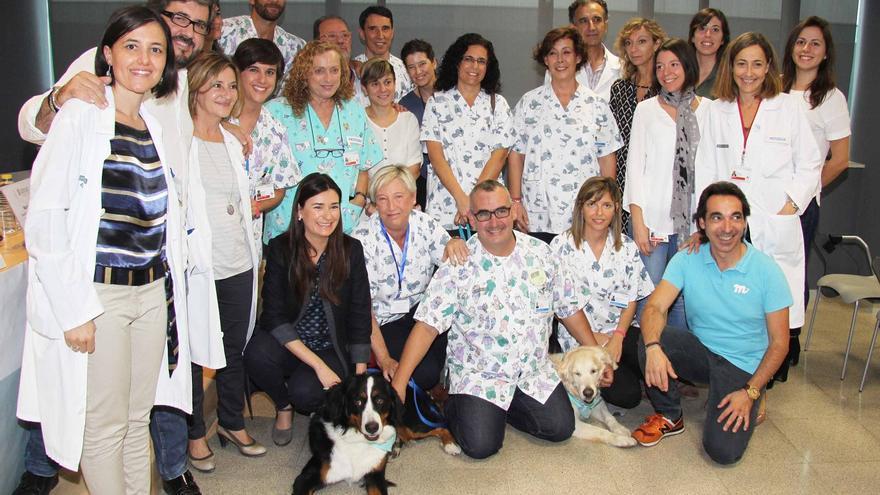 La consellera de Sanidad, Carmen Montón, con uno de los perros que participan en el programa
