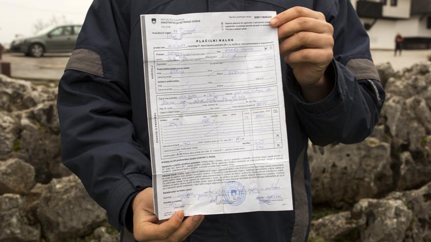 Yacine sostiene la multa que le puso la Policía eslovena por intentar cruzar la frontera.