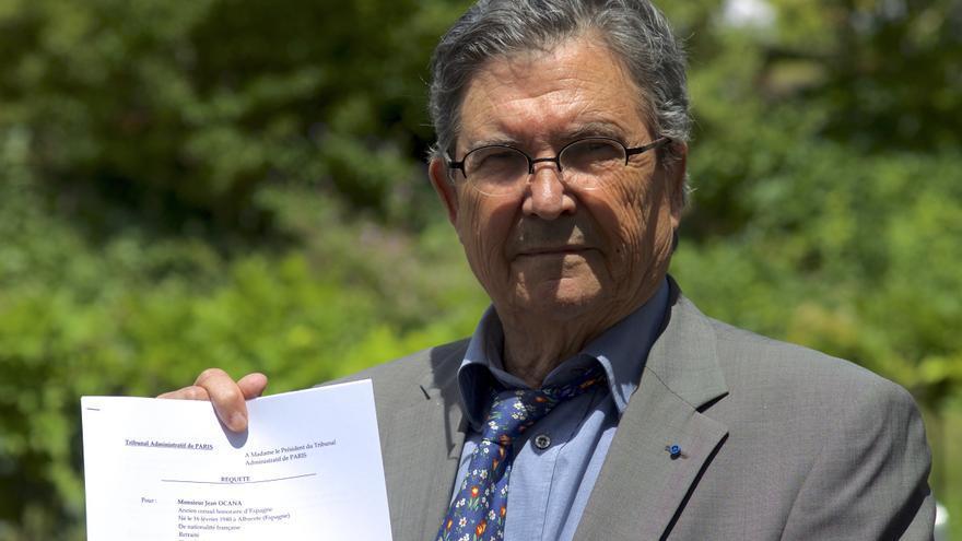 Juan Ocaña exhibe la demanda que acaba de ser admitida a trámite por la Justicia francesa / Carlos Hernández.