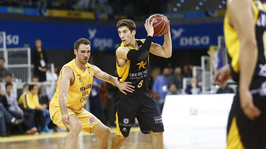 Txemi Urtasun defiende a Nico Richotti en el encuentro entre el Gran Canaria y el Canarias | ACB Photo/M. Henríquez
