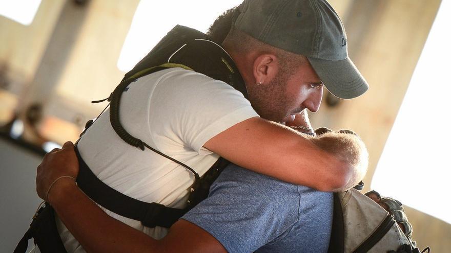 Imagen compartida por MSF de un miembro de la tripulación del Aquarius abrazando a uno de los migrantes rescatados.