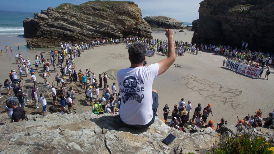 Los trabajadores de Alcoa toman, junto a sus familias, la playa de As Catedrais, en Ribadeo, Lugo.