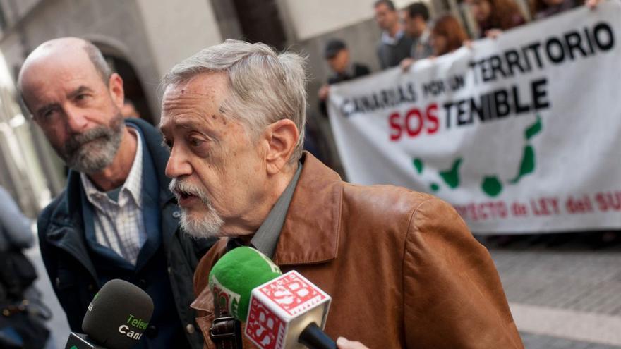 Santiago Pérez y Julián Ayala, en un contacto con los medios junto al Parlamento de Canarias, en su lucha contra la Ley del Suelo