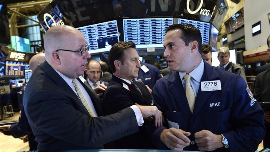 Wall Street apuesta por ganancias y Dow Jones sube 0,20 % a media sesión