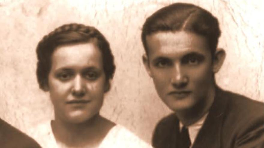 Luz Zalduegi Gabilondo, durante sus estudios junto al que sería su marido, Leandro Carbonero