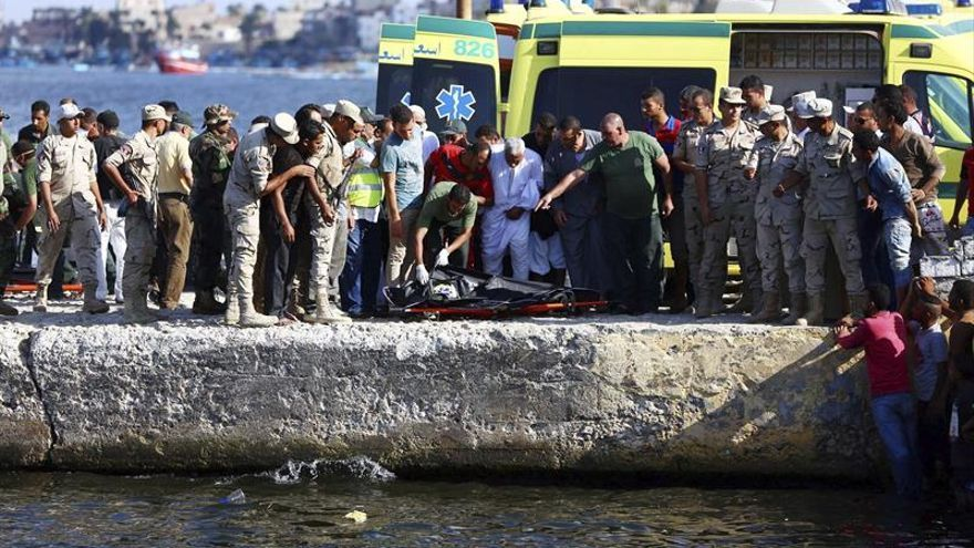 Suben a 112 los muertos en el naufragio de un barco de emigrantes en la costa egipcia