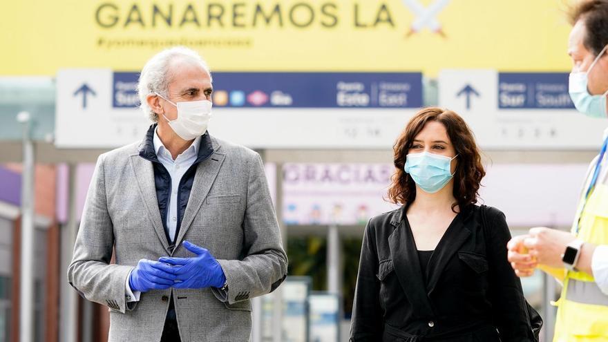 El consejero de Sanidad Enrique Ruiz Escudero y la presidenta Isabel Díaz Ayuso en una visita al hospital de Ifema.