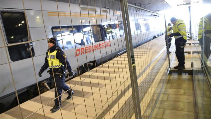 La policía sueca monta una valla temporal para facilitar el control de fronteras, en la estación de tren Hyllie en el sur de Malmo.