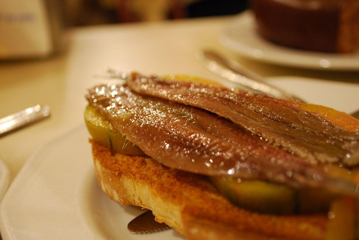 Tosta de anchoa con tomate_Malasaña a mordiscos_Manuela