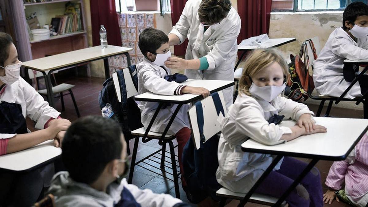 Autoridades de Uruguay aclararon que no se decretó el cierre de las escuelas, ya que en centros educativos el porcentaje de contagios es hasta ahora apenas 2,5%.