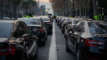 Los vehículos de VTC ocupan dos carriles de la Diagonal de Barcelona