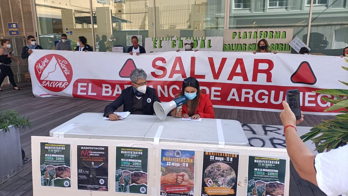 Rueda de prensa dada este viernes frente al Cabildo de Gran Canaria en contra de la central de Chira-Soria
