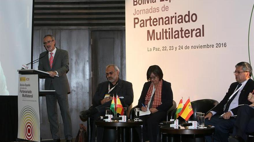 Bolivia dice a firmas españolas que invertirá 48.000 millones de dólares y busca socios