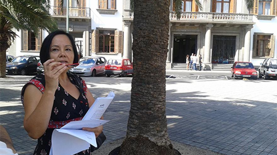 La portavoz de la Asociación de Afectados por la Ampliación del Aeropuerto de Gran Canaria, Margarita Alonso, frente a la Delegación del Gobierno.