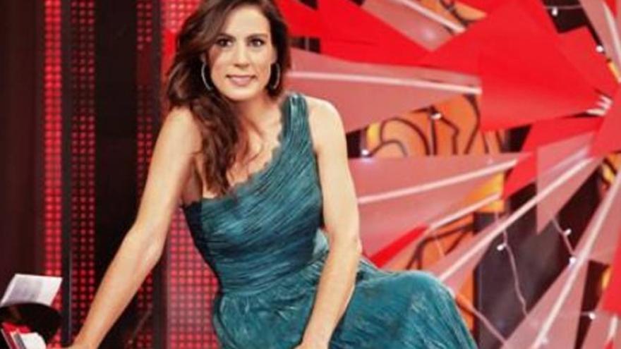 Alicia Senovilla se cae por las escaleras de su programa: '¡Menudo golpe!'