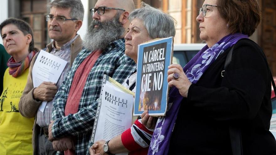 Miembros de la Plataforma Canarias Libre de CIE piden el cierre del CIE, este miércoles, en las Palmas de Gran Canaria.