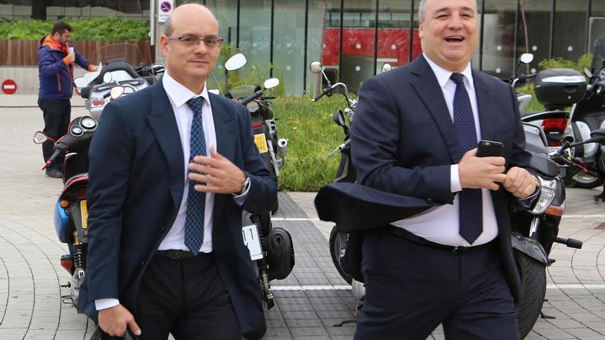 El empresario Miguel Ángel Ramírez (a la derecha) y su abogado, José Antonio Choclán, este lunes a la salida de los juzgados. (ALEJANDRO RAMOS)