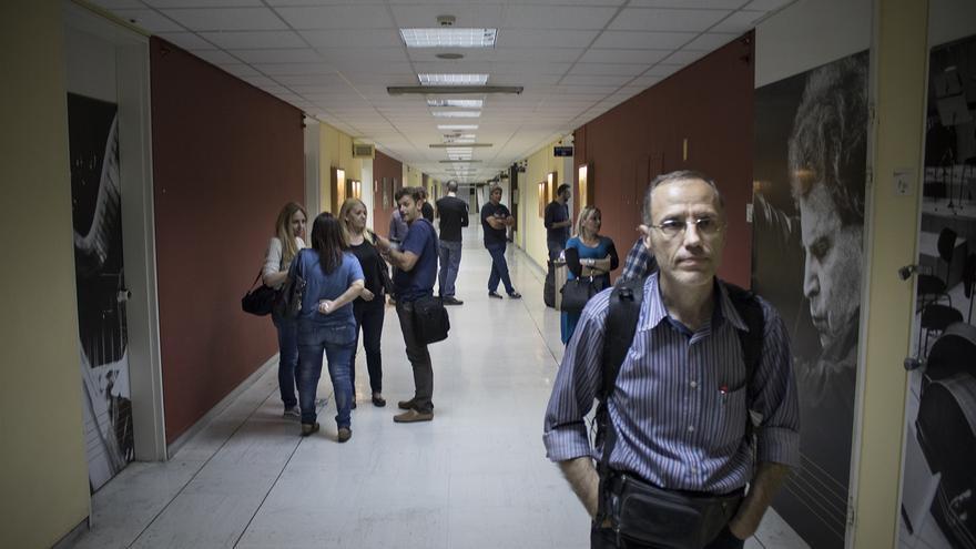 Los trabajadores de ERT han vuelto a los pasillos de la sede de la empresa pública. Foto: Aitor Sáez.