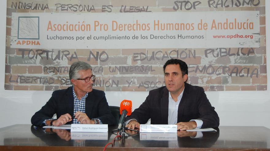 Rafael Rodríguez (APS) y Valentín Aguilar (APDHA), durante la rueda de prensa
