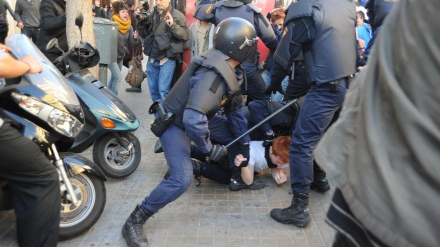 Imagen de las cargas policiales llevadas a cabo durante las protestas estudiantiles celebradas en Valencia el 20 de febrero de 2012. © Julio González CC BY-NC-SA 2.0