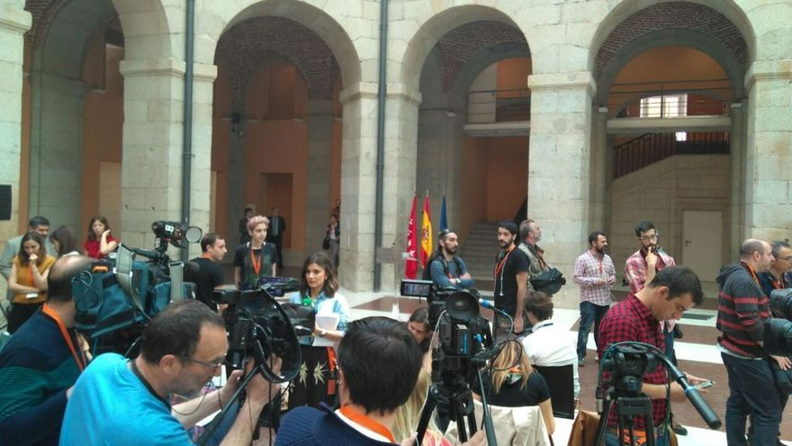 Despliegue mediático ante el primer acto de Ángel Garrido como presidente en funciones de la Comunidad de Madrid.