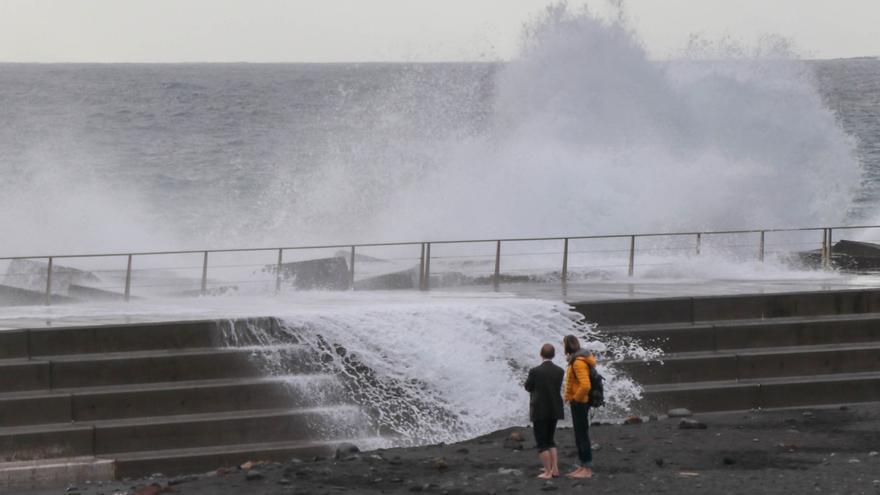 En iimagen, las olas batiendo contra el muro de la parte norte de la playa de Santa Cruz de La Palma.