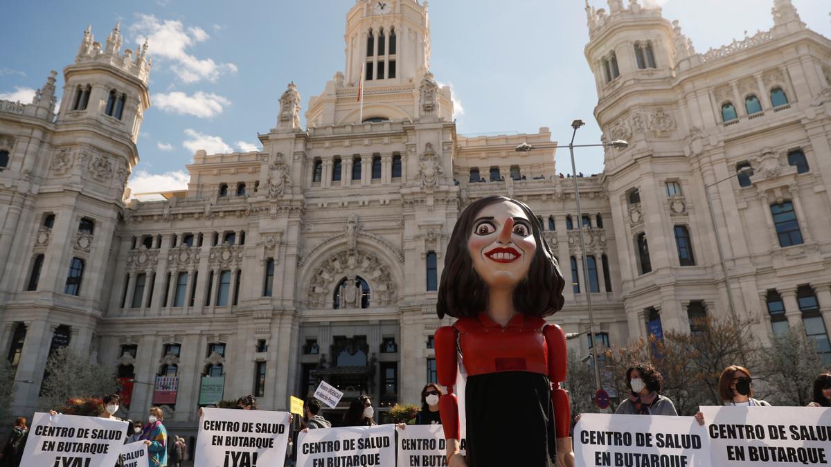 Una marioneta que representa a la presidenta de la Comunidad de Madrid, Isabel Díaz Ayuso, durante la protesta convocada por la Marea Blanca.