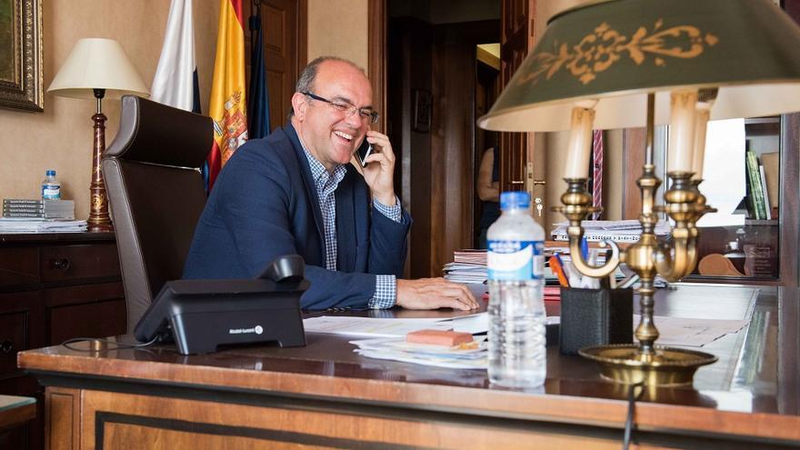 Anselmo Pestana, este lunes, en su despacho del Cabildo. Foto: CARLOS ACIEGO.