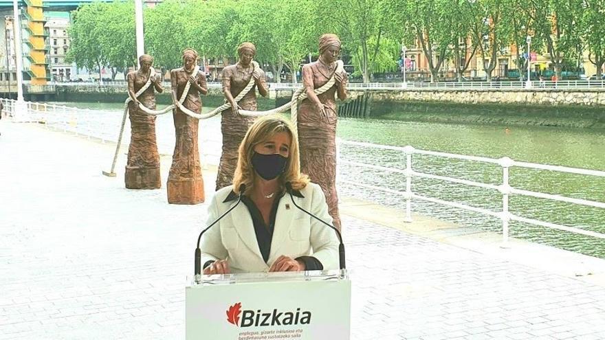 La diputada Teresa Laespada en la inauguración del grupo escultórico Las Sirgueras en Bilbao.