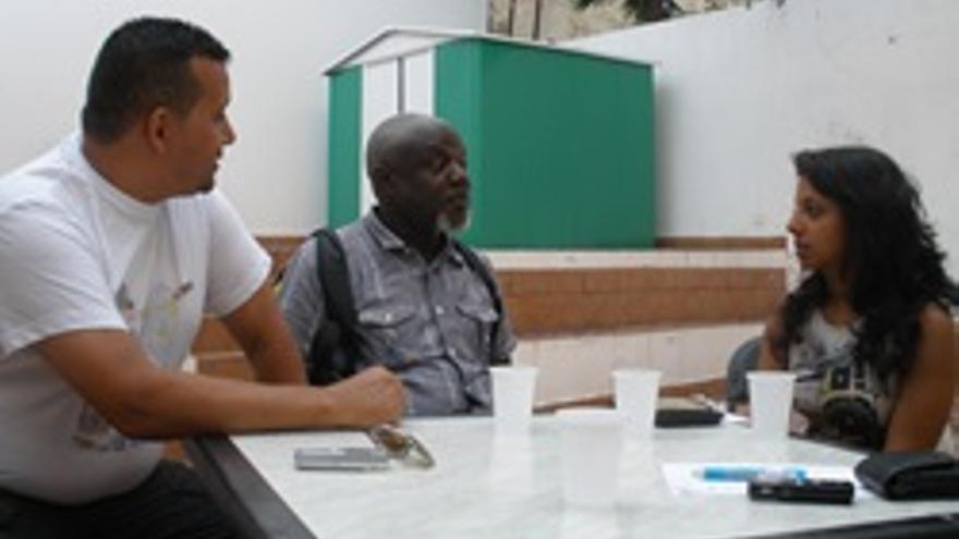 Denis (en el centro de la imagen), acompañado por Jenny Sadhwani y Brahim.