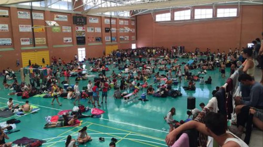 Los asistentes al Medusa Sunbeach son trasladados al pabellón deportivo de Cullera