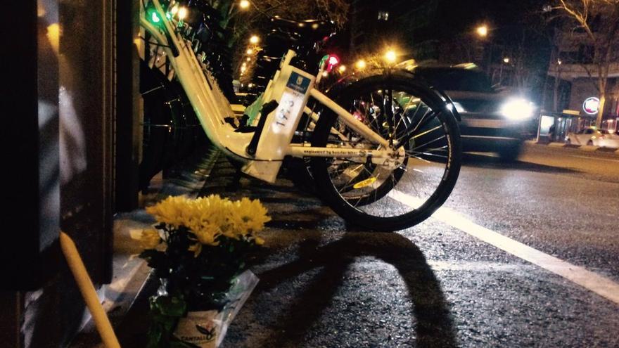 Flores para Javier en el lugar donde fue atropellado (Foto de Isabel Ramis)