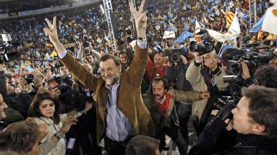 Mariano Rajoy, con Álvaro Pérez 'El Bigotes' a su espalda, en el acto de la plaza de toros de Valencia en 2008