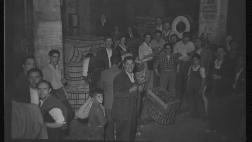 Carga y descarga en el antiguo mercado de frutas y verduras de Legazpi. Archivo regional de la Comunidad de Madrid. Colección Santos Yubero