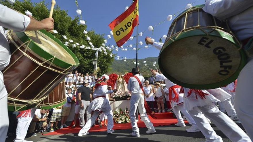 Bailarines de El Golfo realizan el recorrido de la Virgen por el pueblo de La Frontera.