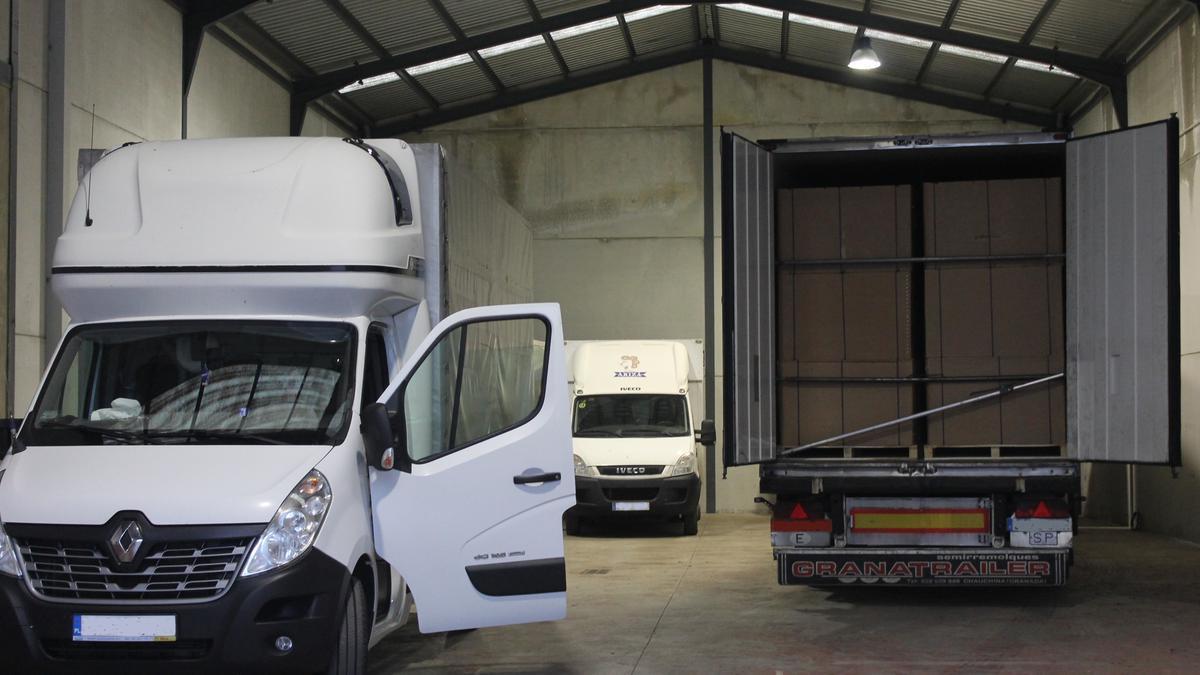 Camiones cargados del tabaco de contrabando en una nave de Montilla