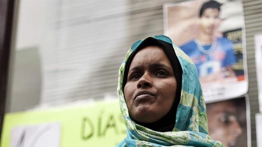 Tarbak Haddi, ciudadana saharaui de 41 años, en huelga de hambre ante el Consulado de Marruecos en Las Palmas de Gran Canaria. (EFE/Ángel Medina G.).