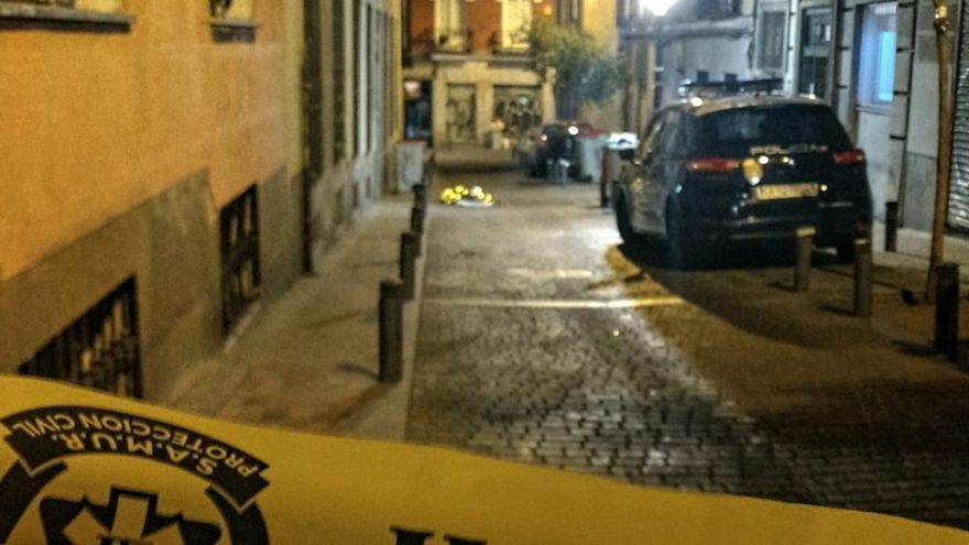 El cadáver cubierto del fallecido en Tesoro | FOTO: SOMOS MALASAÑA