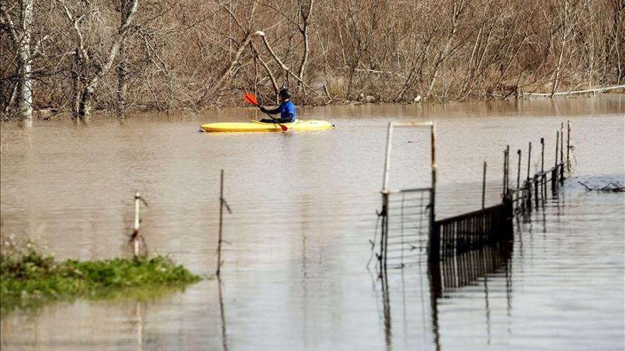 Zaragoza espera la crecida del Ebro mientras la nieve impide acceder a Francia