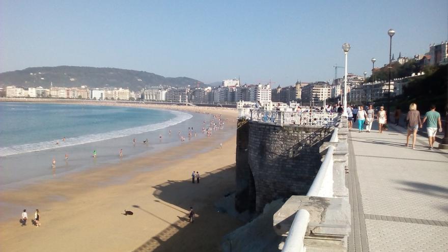 La bandera roja ondea en la zona de Sagües de la playa de la Zurriola de San Sebastián