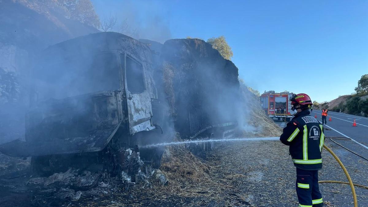 Un bombero de Montoro apagando el camión